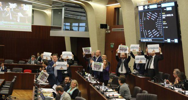 """M5S Lombardia protesta in Consiglio regionale: """"Treni usati per propaganda elettorale, Assessore Terzi si dimetta"""""""