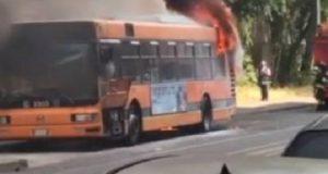 Milano il biglietto aumenta, mentre gli autobus vanno a fuoco