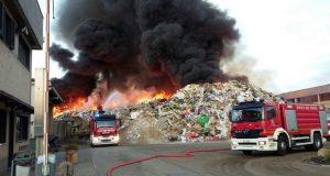 La guerra dei rifiuti: 300 incendi contro gli italiani